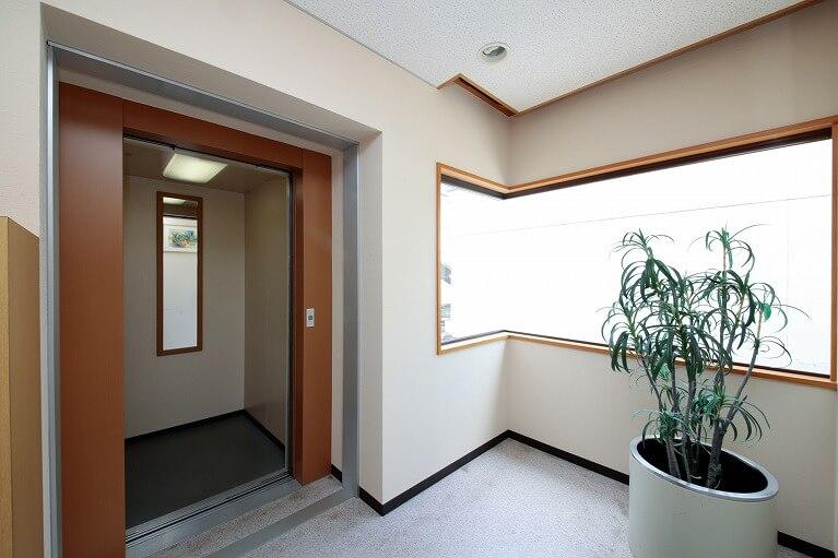 当院入口にエレベーターを設置。どなたでもお気軽にご来院頂けます
